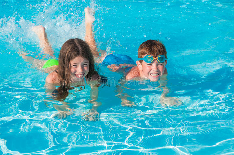 游泳池的孩子 库存图片