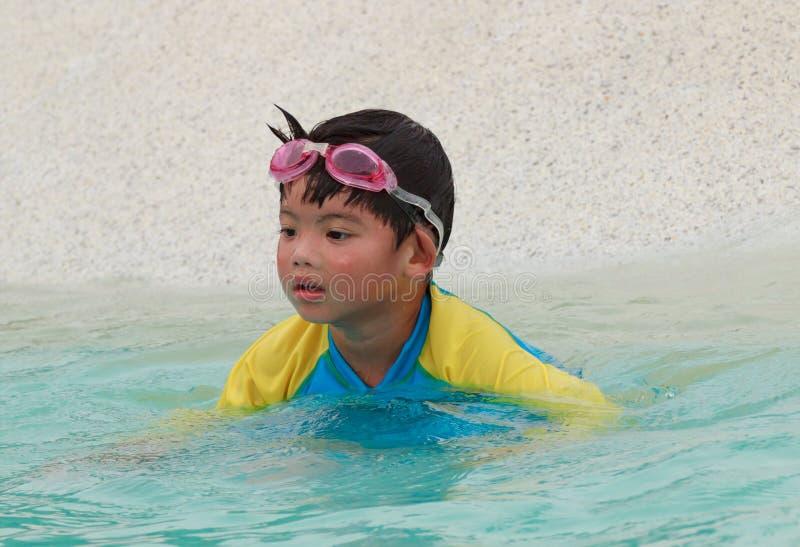 游泳池的小逗人喜爱的男孩 库存图片