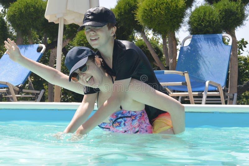 游泳池的少年 免版税图库摄影