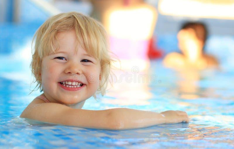 游泳池的愉快的女孩 图库摄影