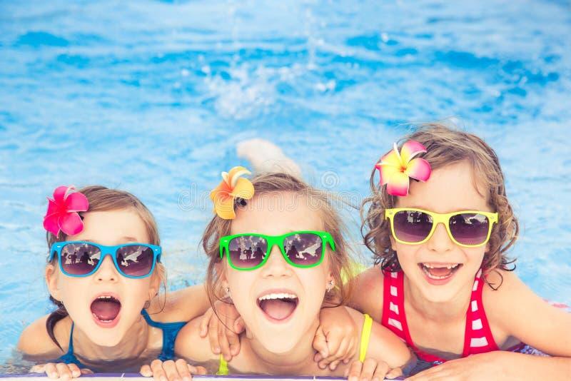 游泳池的愉快的孩子 免版税库存图片