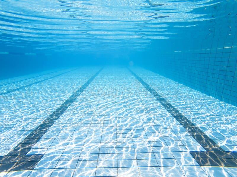 游泳池的水下的看法 免版税库存图片
