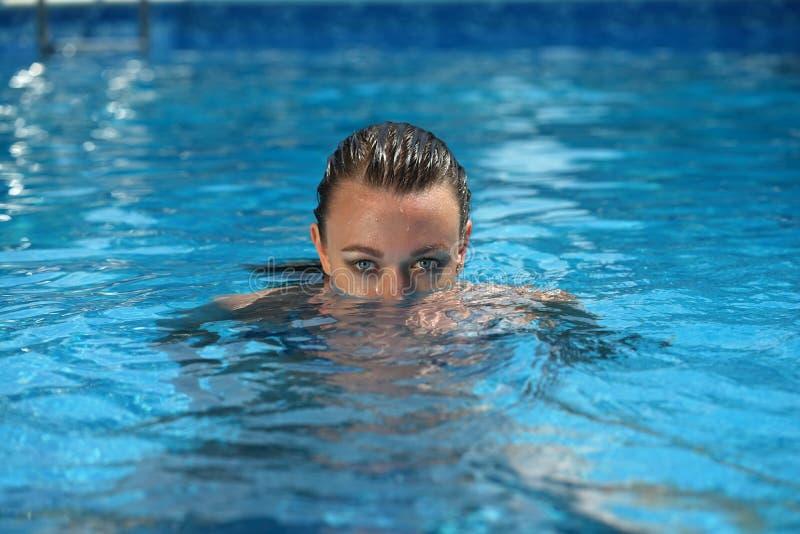 游泳池的潜水妇女 免版税库存图片
