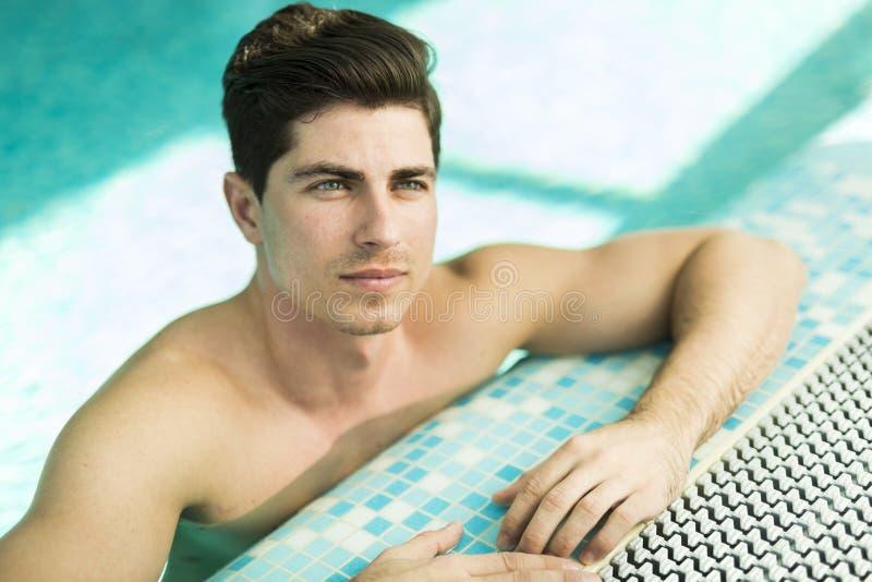 游泳池的英俊的人 免版税库存照片