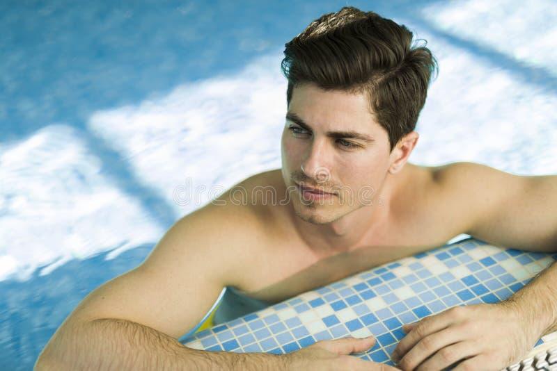 游泳池的英俊的人 库存照片