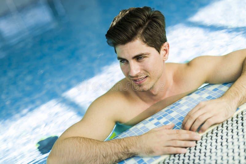 游泳池的英俊的人 图库摄影