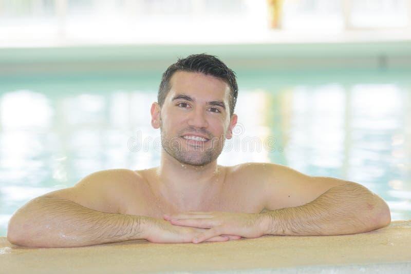 游泳池的英俊的性感的人 库存图片