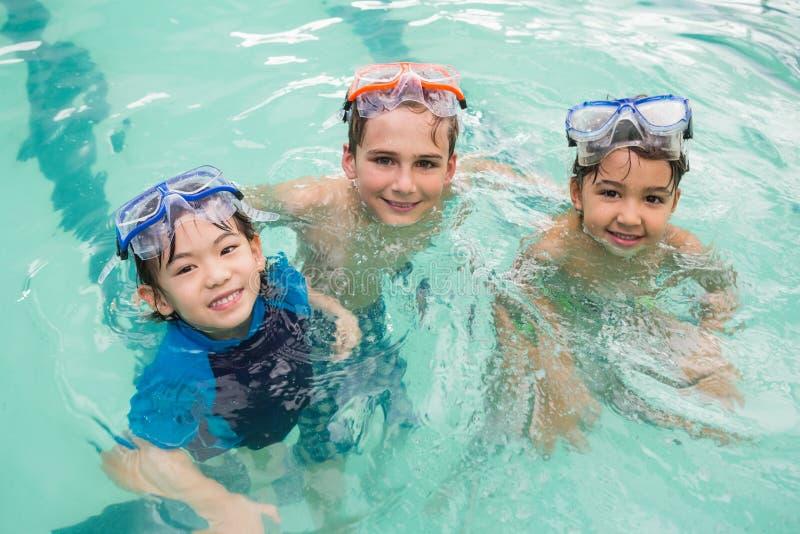 游泳池的逗人喜爱的小孩 免版税库存照片
