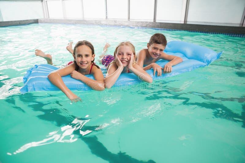 游泳池的逗人喜爱的小孩 库存照片