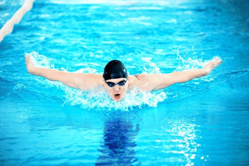 游泳池的年轻人 图库摄影