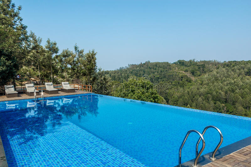 游泳池看法在小山驻地顶部的与山在背景中,萨利姆, Yercaud, tamilnadu,印度, 2017年4月29日 免版税库存图片