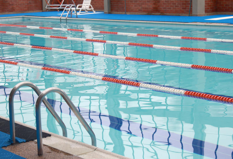 游泳池膝部运输路线 免版税图库摄影