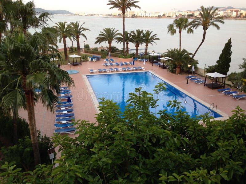 游泳池视图伊维萨岛市 免版税库存图片