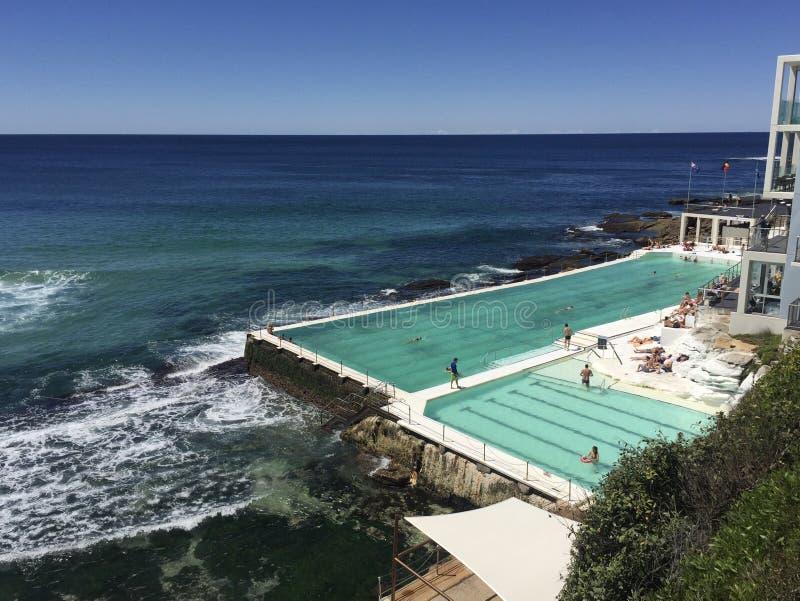 游泳池边海景 免版税库存图片
