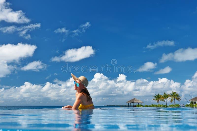 游泳池边的妇女 免版税库存图片