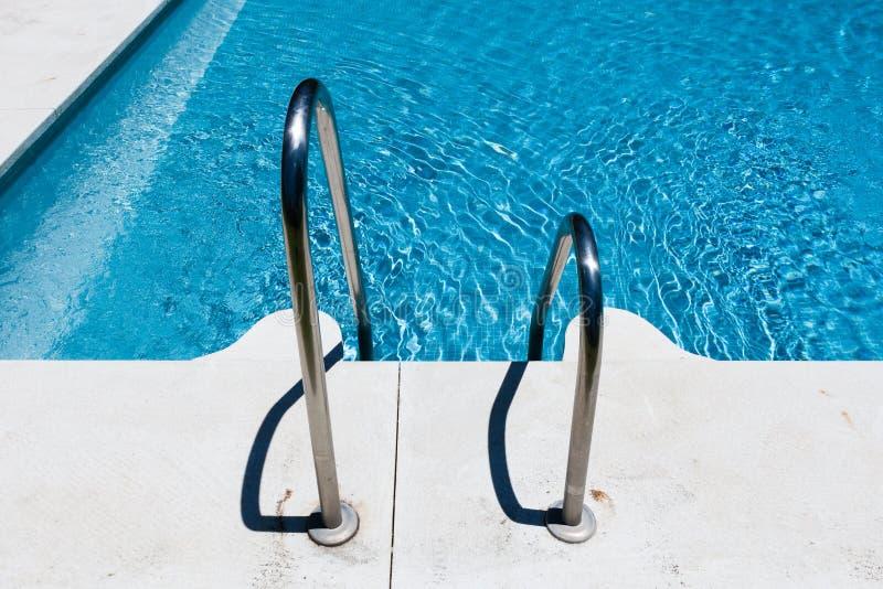 游泳池边金属步骤 库存图片