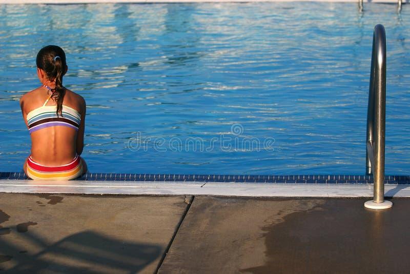 游泳池边 免版税库存照片