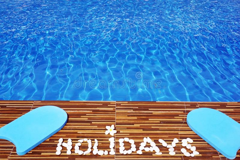 游泳池水与文本假日由白色石头制成 库存图片