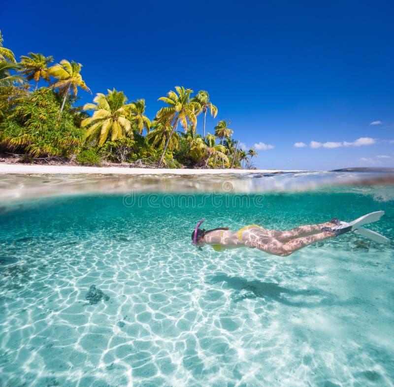 游泳的妇女在水面下 图库摄影
