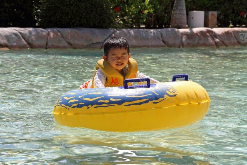 游泳的日本男孩 免版税图库摄影