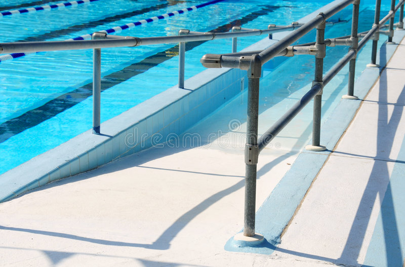 游泳的障碍主导的池舷梯 免版税库存照片