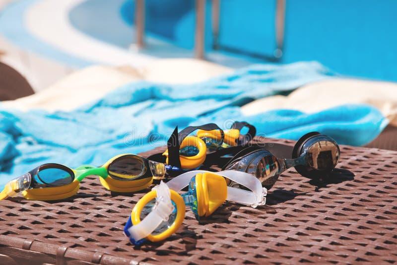 游泳的风镜在水池附近 免版税图库摄影
