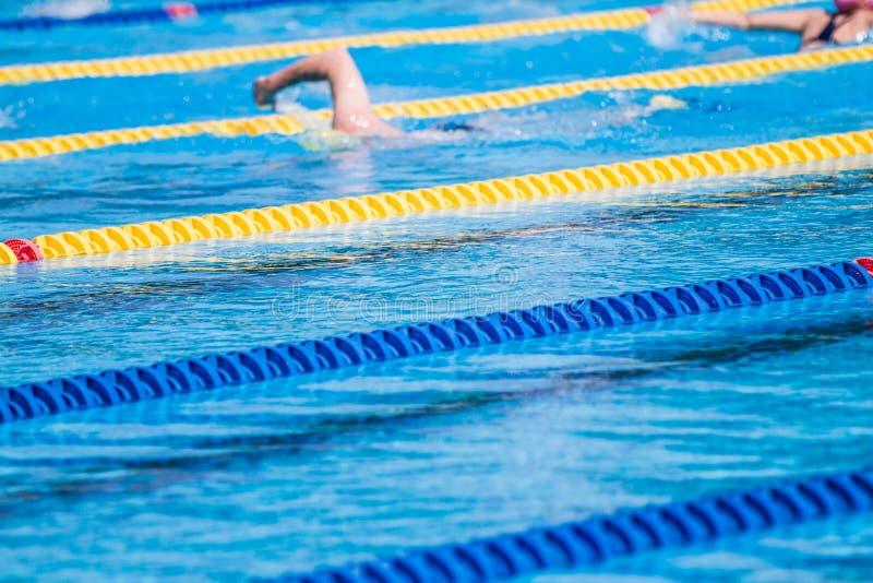 游泳者准备活动早晨和做一些合并距离 库存照片