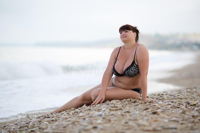 游泳衣的妇女在海 库存照片