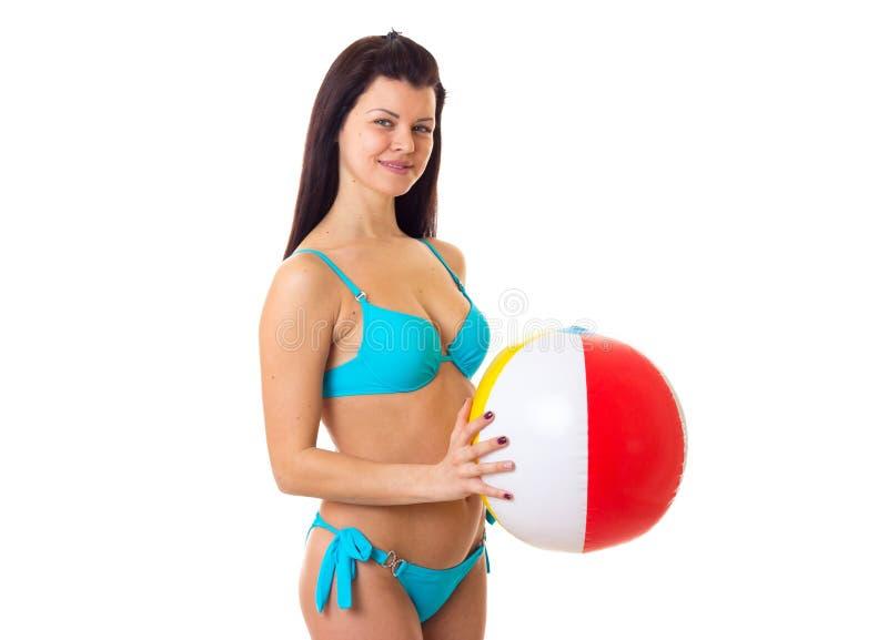 游泳衣的妇女有球的 库存图片