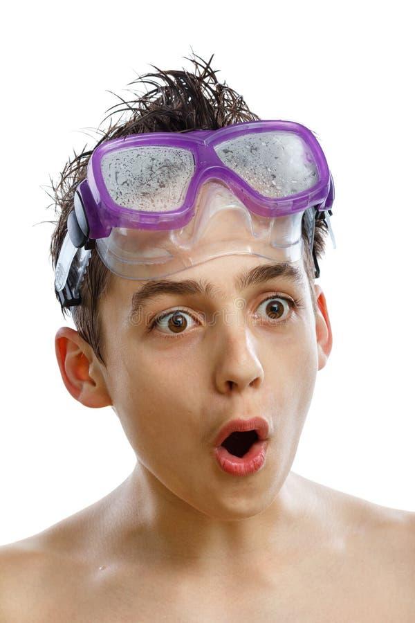 游泳面具的男孩潜水者与一张愉快的面孔特写镜头画象,隔绝在白色 库存照片