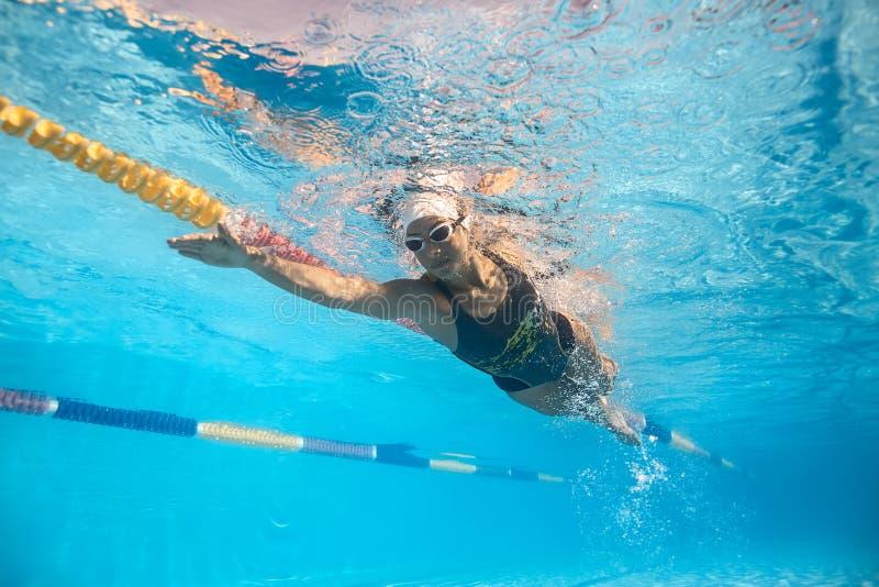 游泳水下的妇女 库存照片