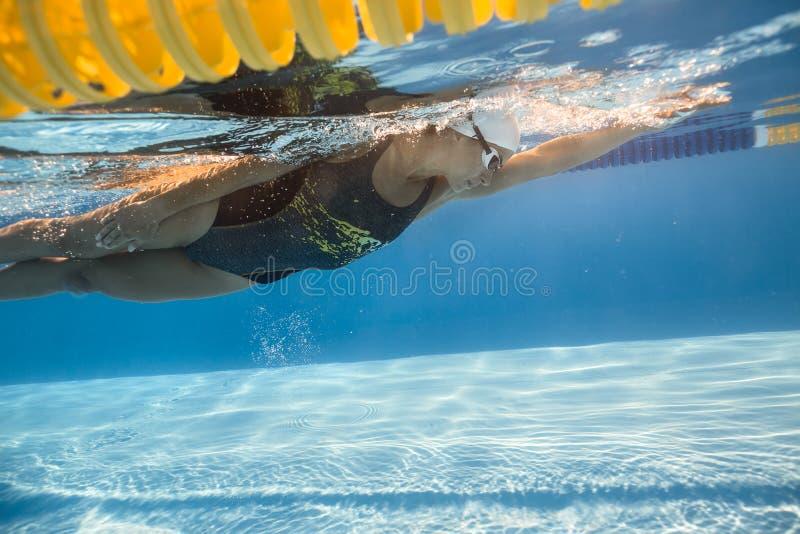 游泳水下的妇女 图库摄影
