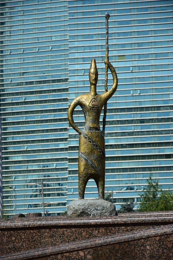 以游牧人战士为特色的雕象 免版税库存照片