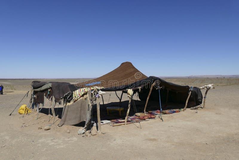 游牧巴巴里人阵营被编织的帐篷在撒哈拉大沙漠 免版税库存图片