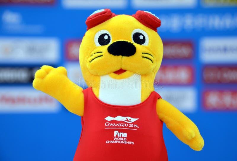 游联游泳冠军的达里语女性水獭吉祥人 免版税库存照片