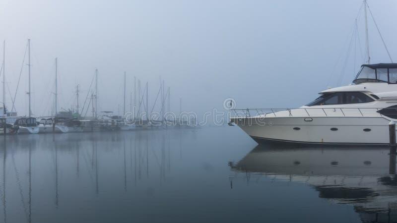 游舫在一个冷,有薄雾的早晨 免版税库存图片