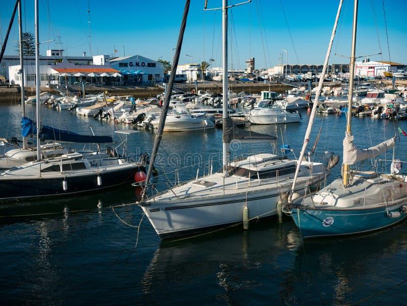 游船和小捕鱼船在法鲁,阿尔加威,葡萄牙 库存照片
