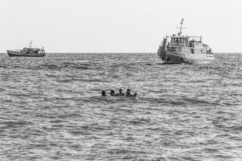 游船和年轻男孩和女孩在海,黑白照片游泳 免版税库存照片