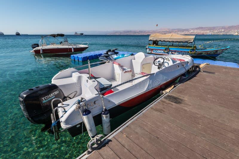 游船在亚喀巴海湾红海,约旦 库存图片