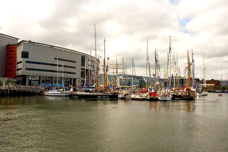 游船在小游艇船坞停泊了在贝尔法斯特` s在冒险旅行竞技场旁边的力大无比的处所 图库摄影