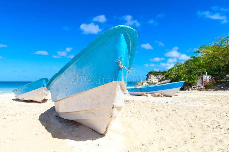 游船在白色沙子放置 库存图片