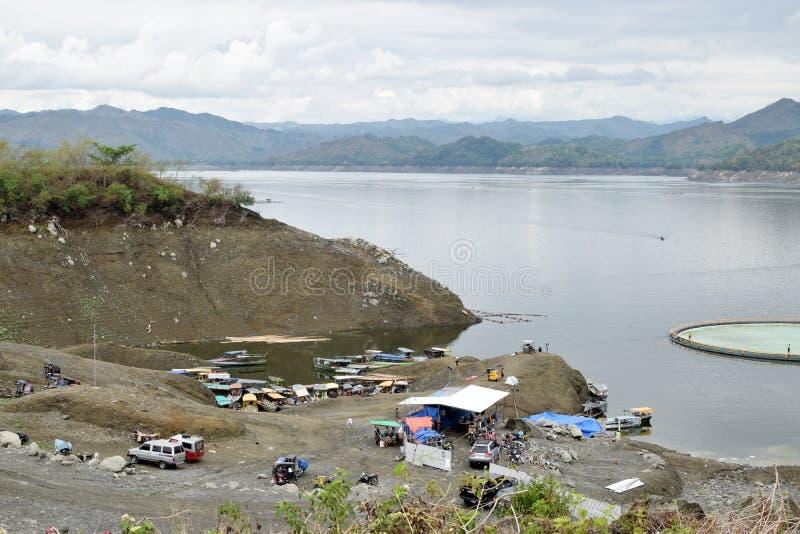 游船杂乱入坞舱门在马阿特Dam湖的 图库摄影