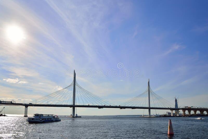 游船漂浮往在河内娃的太阳在下 库存图片