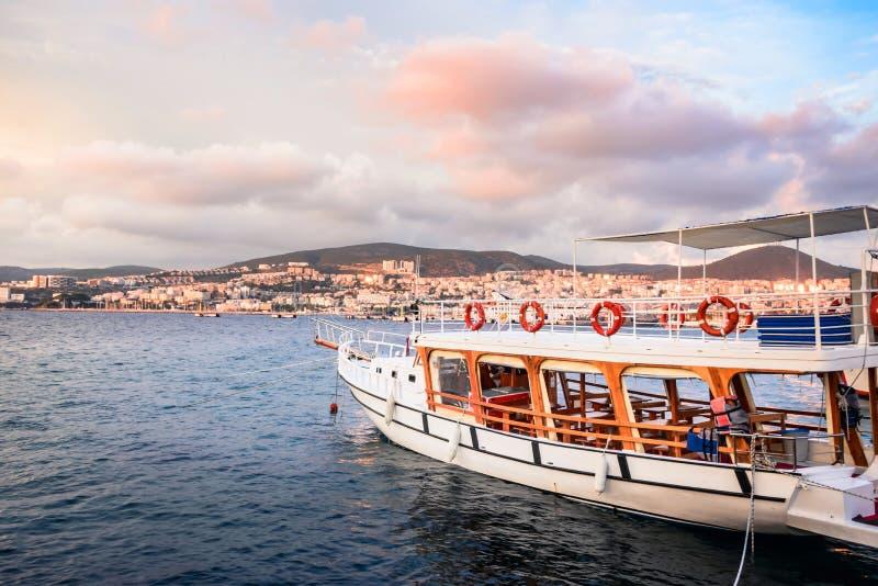 游船被栓在Kusadasi口岸在Kusadasi,土耳其 图库摄影