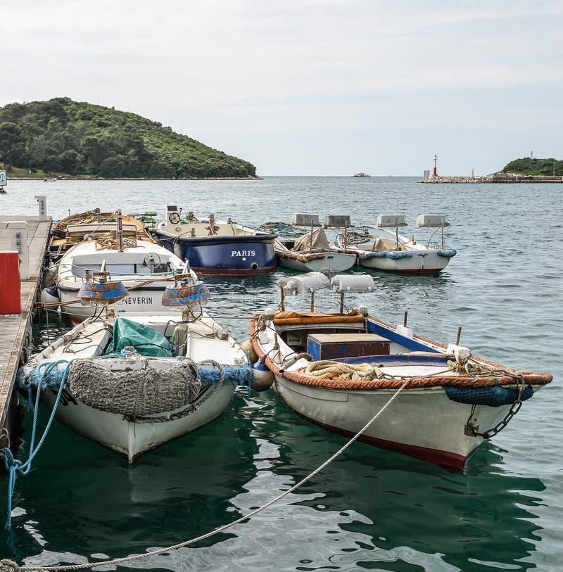 游艇、亚得里亚海和Vrsar -美丽的古色古香的城市 Vrsar沿海城市, Istria,克罗地亚 免版税库存照片