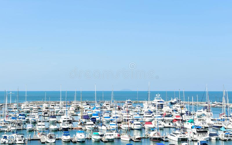 游艇口岸在海岸的在蓝天背景 免版税库存照片