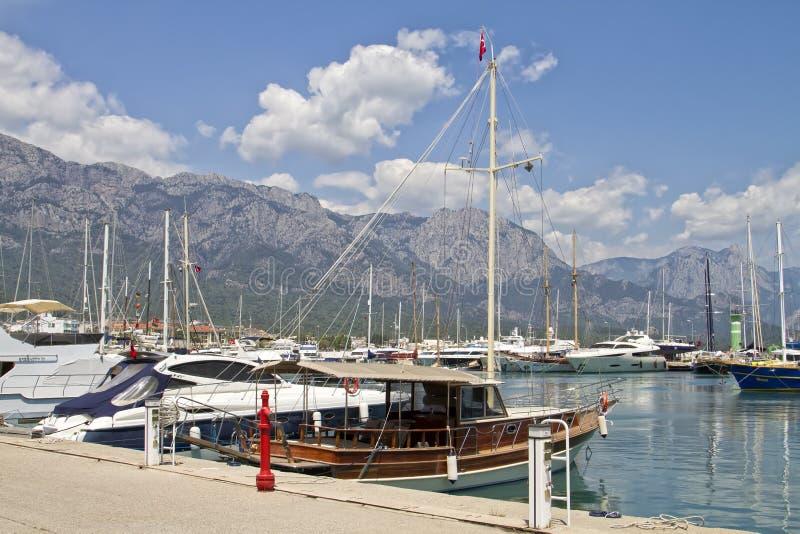 游艇和在口岸停住的帆船 库存图片