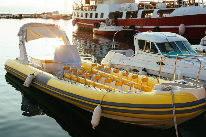 游艇和小船在小游艇船坞,美好的阳光被停泊 库存图片