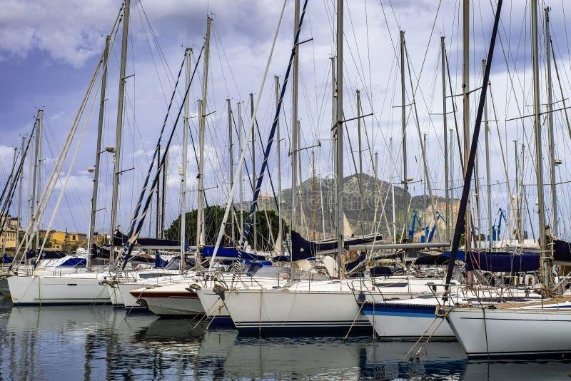游艇和小船在旧港口在巴勒莫,西西里岛 库存图片