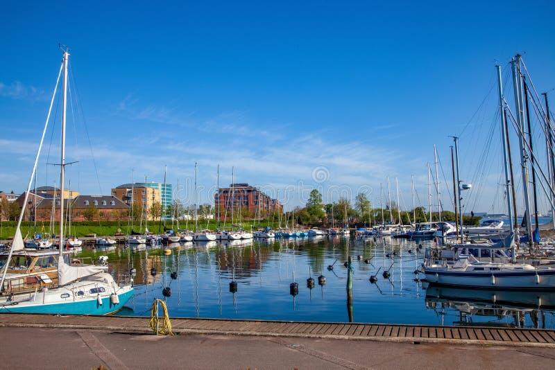 游艇和小船在港口停泊了用镇静水 免版税库存照片